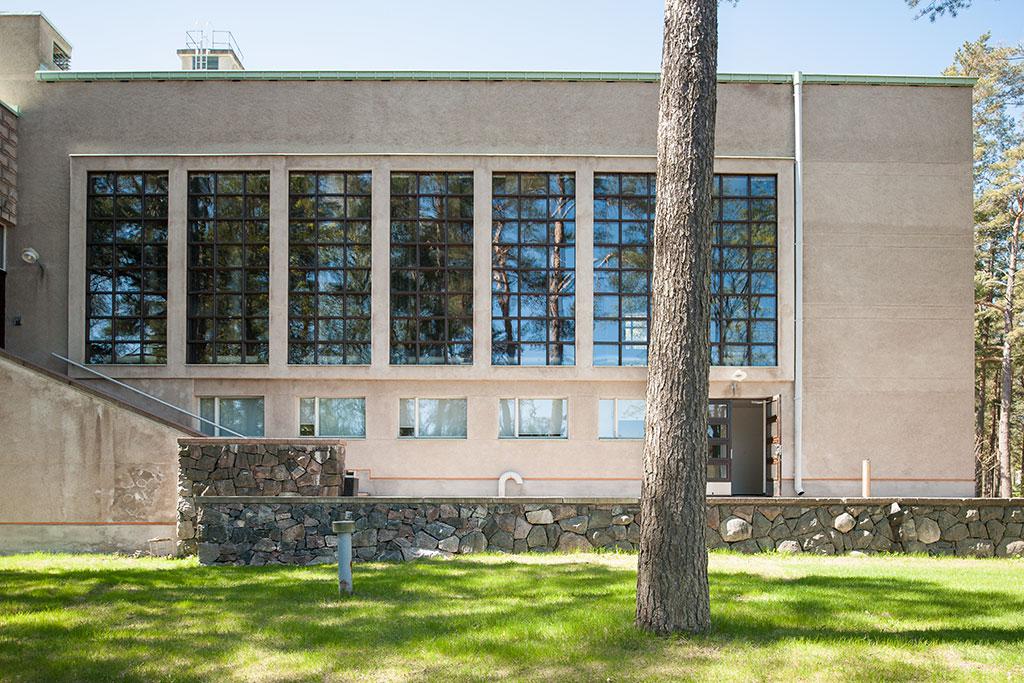 Maanpuolustuskorkeakoulu Santahaminassa on yksi Suomen edustavimpia funkistyylisiä kokonaisuuksia ja sen entisöinnin toteutti Senaatti-kiinteistöt.